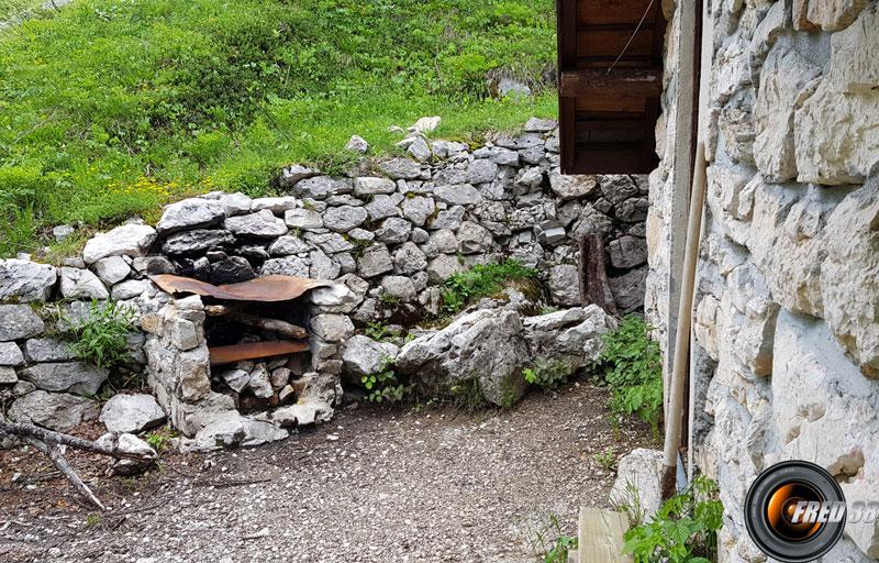 Barbecue devant la cabane.