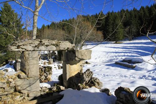 Ruines sur le plateau d'Arpizon.