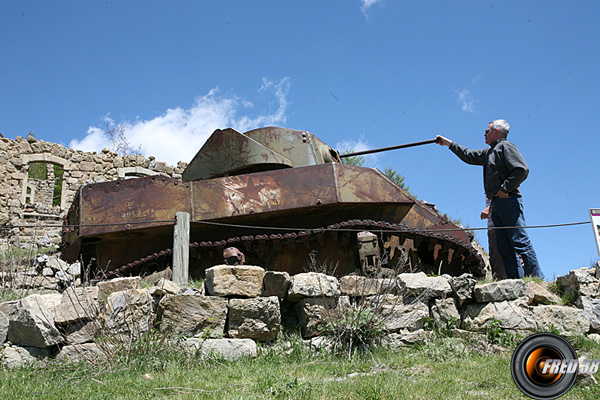 Le reste de char au camp des Mille-Fourches.