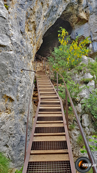 La passerelle à l'entrée de la  grotte d'Orjobet.