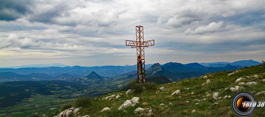 La grande croix métallique du sommet.