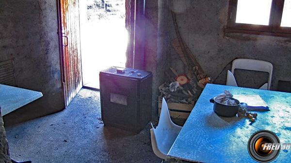 Piéce à vivre, table et chaises, 1 fenêtre.