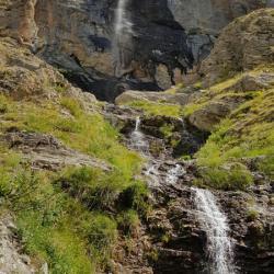 La cascade vue du sentier.