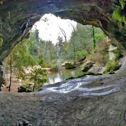 La grotte et la petite cascade.