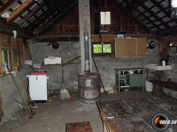 La grande pièce à vivre, table, bancs 4 fenêtres.