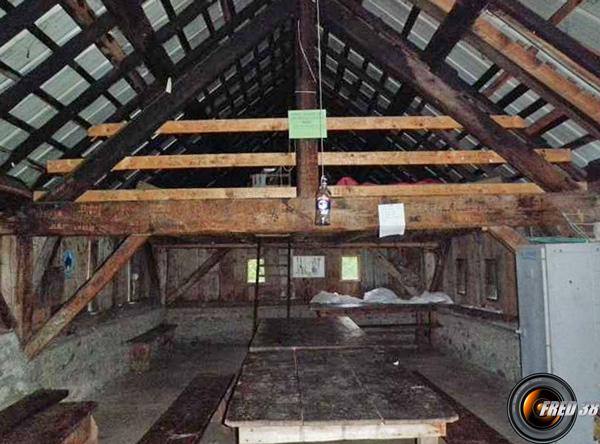 Couchage à l'étage sur matelas, sous le toit en tôle.