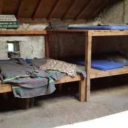 8 matelas et couvertures.