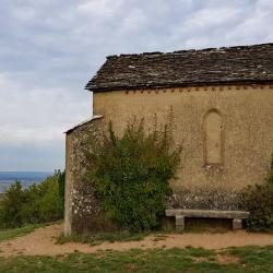 La chapelle sur le plateau.