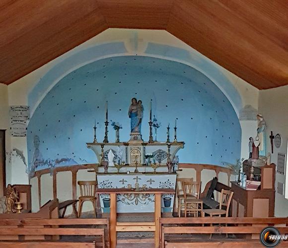 Dans la chapelle.