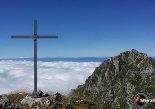 L'une des 2 croix du sommet, et en fond la Dent d'Oche.
