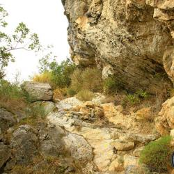 Le sentier longeant la falaise.