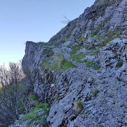 Passage dans la falaise.