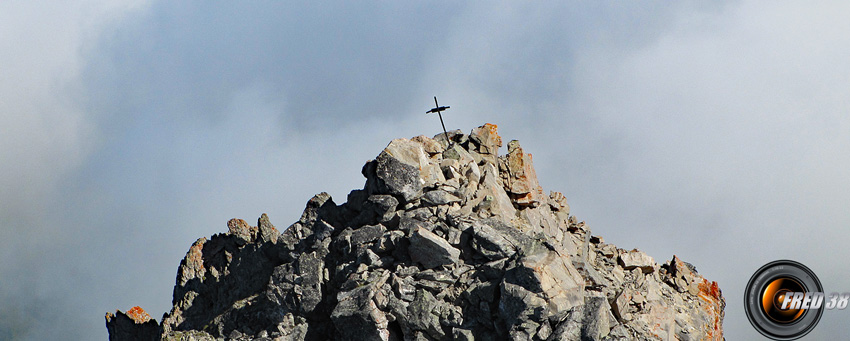 La petite croix du sommet.