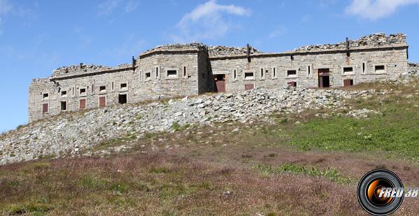 La caserne fortifiée du sommet.