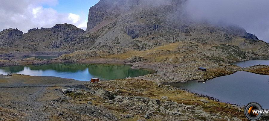 Les lacs Robert et la petite cabane à droite