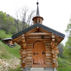 La petite chapelle en rondins de bois.