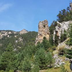 Le début de la montée et les gros rochers érodés.