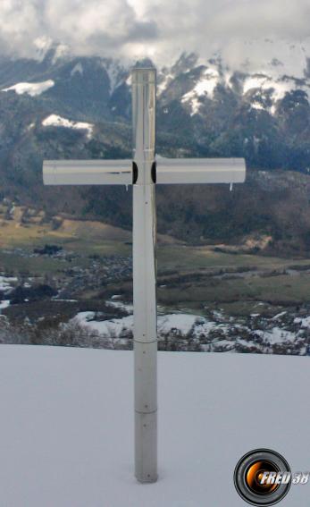 La croix en inox qui surplombe la vallée.