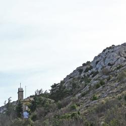 Le prieuré et la croix.