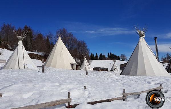 Le camp de tipis près des chalets de Crolles.