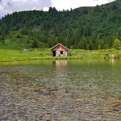 Le chalet Hipollyte Cassande Baroz et le lac du Léat.