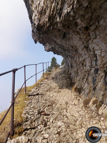Le passage taillé dans la roche.