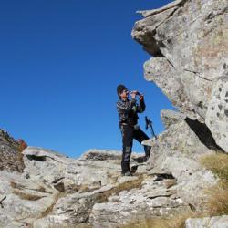 Passage rocheux sur la crête.