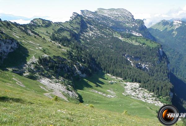 La crête des rochers de Bellefond et l'alpage conduisant au sommet.