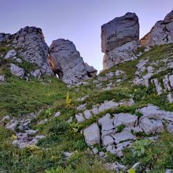 Sous les rochers de la crête