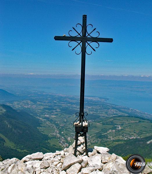 La croix métallique.