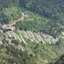 La route partant du tunnel et montant au col.