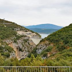 L'arrière du barrage de Sainte-Croix.