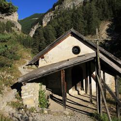 La chapelle Saint-Pierre sous le sentier.