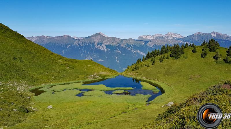 Lac Vert et en fond les Bauges.