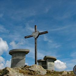 La croix et les tables d'orientation du sommet.