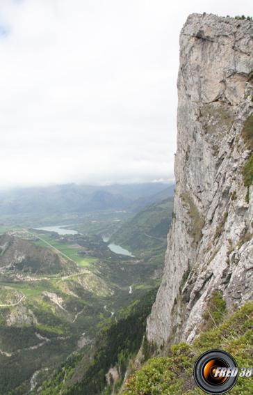L'imposante falaise sous le sommet.