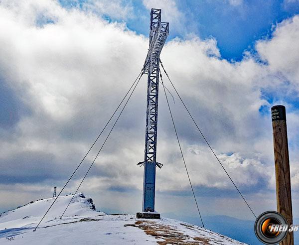 La croix et un peu plus loin le sommet.