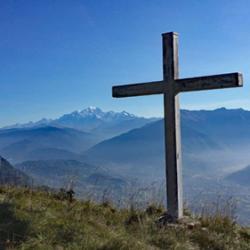 La croix près des chalets d'Orisan.
