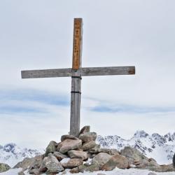 La croix du sommet, singulièrement raccourcie par rapport à 2004.