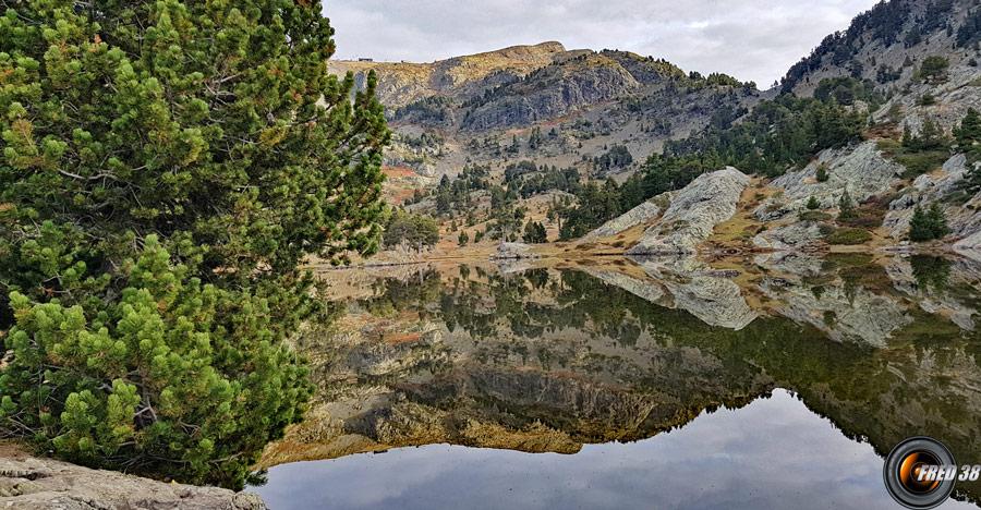 Lac Achard et à droite le col de l'Infernet.