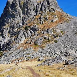 Col des Lessines et à droite dans les rochers le départ
