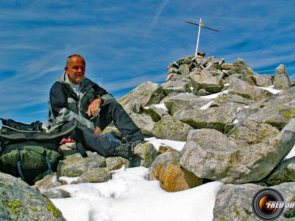 La croix approximative du sommet.