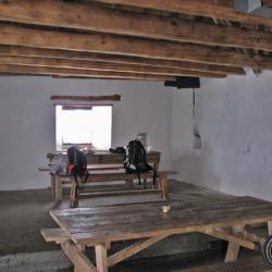 Pièce unique, tables, bancs 2 fenêtres.