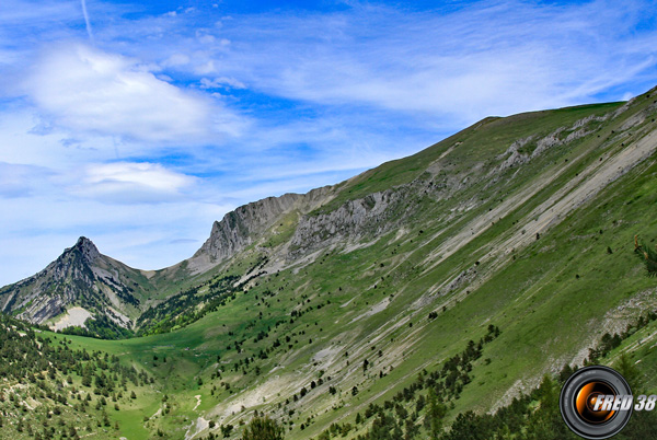 Le sommet à droite, et à gauche le col de Seysse.