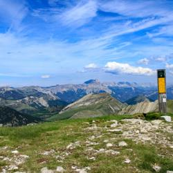 Le sommet et en fond le Dévoluy.
