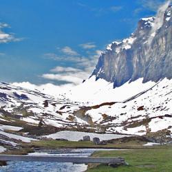 Le ruisseau d'Anterne avec sa passerelle, et les rochers des Fiz.