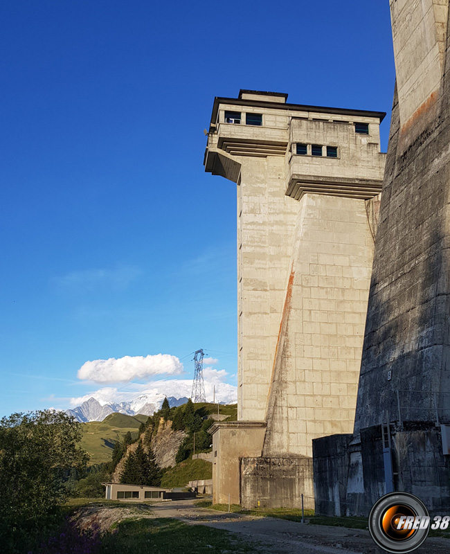 La grande tour du barrage.