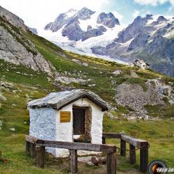 Petit oratoire et en fond le refuge Elisabetta Soldini.