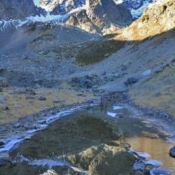 Le lac temporaire situé au dessus du lac des Balmettes et en fond le Grand Pic de Belledonne.