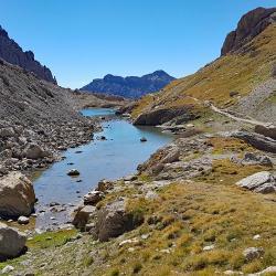 Lac Long au bout duqyel se trouve le sentioer du retour.